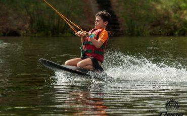 Parque aquático Naga Cable Park oferece diversão para família