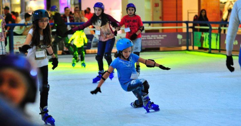 Crianças se divertem na pista de patinação no gelo ao Mooca Plaza Shopping
