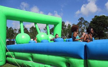 Corrida de obstáculos infláveis para crianças e adultos acontece em Interlagos