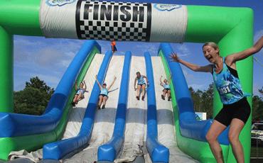 Corrida com obstáculos, escorregadores e pula-pulas infláveis gigantes diverte crianças e adultos