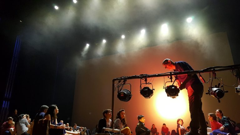 Crianças assistem peça e visitam bastidores no Teatro Alfa