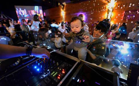 Bebês curtem baladinha da Mãetinê neste sábado