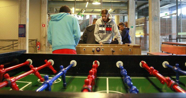 Brincadeiras, pebolim, futebol de botão e ping-pong nas férias do Museu do Futebol