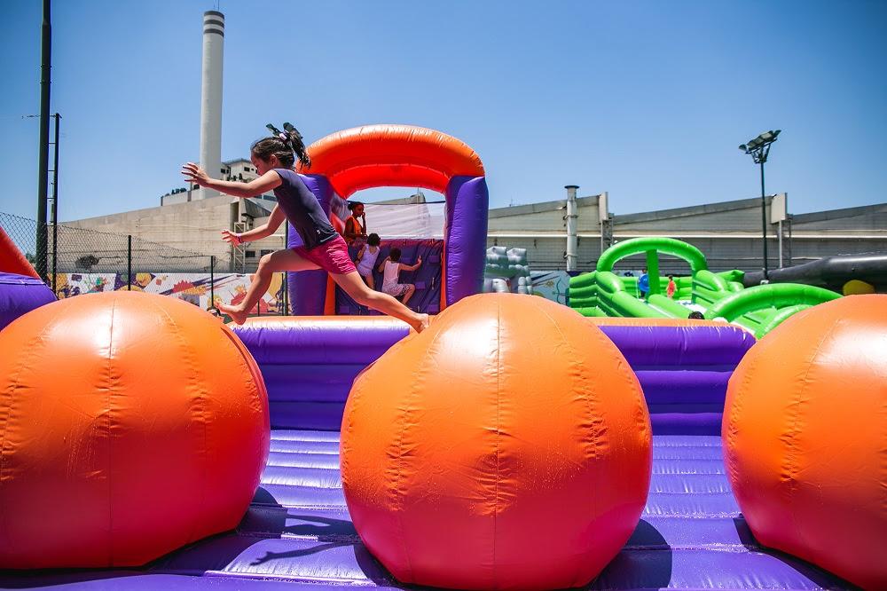 Na foto, criança brinca no Jump Balls uma das novidades do PopHaus para as férias escolares (Divulgação/Jotapê)