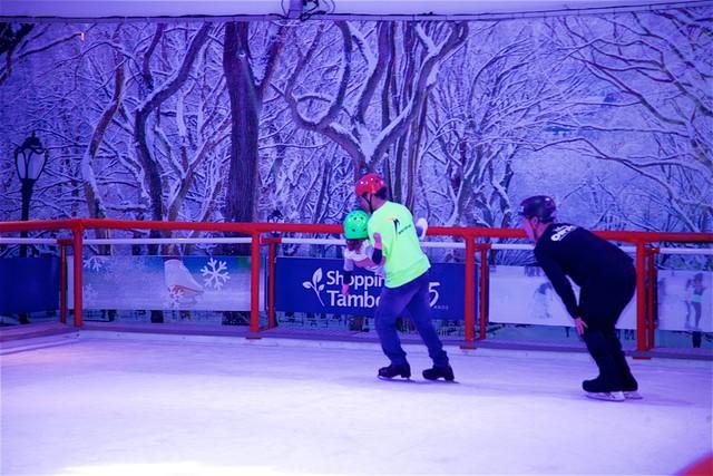 Pista de patinação no gelo faz alegria de toda a família no Shopping Tamboré