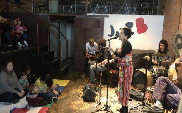 Tem Carnavalzinho para bebês e crianças com Fê Lelot no JazzBB neste sábado