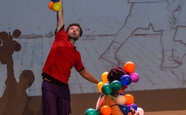 Crianças tocam, dançam e interagem com artistas no espetáculo QuantaJam, no Sesc Pompeia