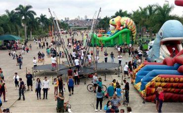 """Evento """"Família no Parque"""" agita o Parque Villa-Lobos com brinquedos infláveis gigantes, oficinas e muito atividades"""