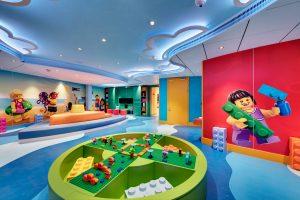 """MSC Cruzeiro - Sala LEGO® com tema """"ilha"""" para crianças de 03 a 06 anos"""