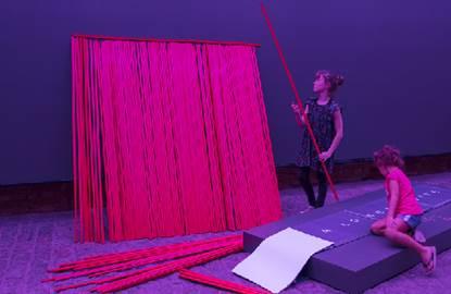 Instalação artística no Sesc Pompeia vira brincadeira para crianças