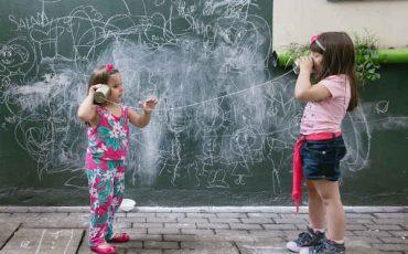 Brincando no Pé: Uma viagem a um mundo mágico e livre nas férias