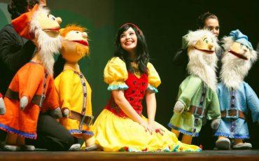 """""""Branca de Neve ao Som dos Beatles"""" abre temporada no Teatro Omni Corinthians com desconto do Passeios Kids"""