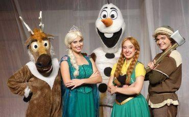 """Peça """"Uma Aventura Na Neve e o Aniversário de Anna"""", que conta a história das irmãs de Frozen, com desconto no Passeios Kids"""