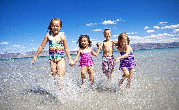 Vesela deca u vodi na moru