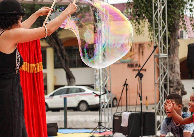 Crianças de São Bernardo do Campo ganham oficina gratuita de bolhas de sabão gigantes em praça