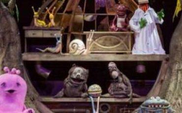 """GRATUITO! Espetáculo infantil """"Que Monstro Te Mordeu?"""" encerra temporada no Teatro Sesi-SP neste domingo e é ótima opção de passeio com crianças"""