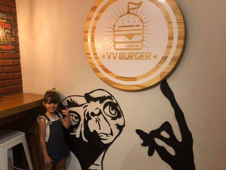 VV Burger: Vila Maria ganha lanchonete Anos 80