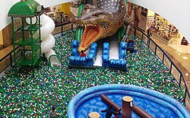Nova atração do shopping Metrô Tucuruvi reúne tobogã  crocodilo gigante com escorregador, piscina de bolinhas e torres