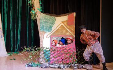 """Teatro por 19,90! Infantil """"Os Três Porquinhos e o Lobo Bonzinho"""" é diversão garantida aos pequenos no Teatro BTC"""